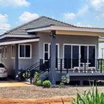 บ้านสไตล์คอนเทมโพรารีชั้นเดียว โดดเด่นด้วยตัวบ้านสีเทาเข้ม สวยงามลงตัวทุกมุมมอง