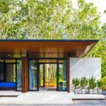 บ้านยกพื้นต่ำสไตล์โมเดิร์นขนาดเล็ก ออกแบบโปร่งสบาย ท่ามกลางบรรยากาศร่มรื่นของป่ายาง