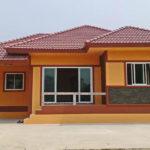 บ้านรูปทรงร่วมสมัย หลังคารูปทรงปั้นหยา ตกแต่งด้วยโทนสีส้มสดใสพร้อมผนังอิญโชว์แนว
