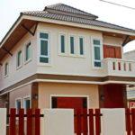 แบบบ้านสองชั้นรูปทรงร่วมสมัย 3 ห้องนอน 3 ห้องน้ำ โดดเด่นด้วยหลังคาทรงปั้นหยาเล่นระดับพร้อมชายคา