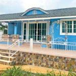 บ้านสไตล์คันทรี่ หลังคารูปทรงโค้ง โดดเด่นด้วยผนังสีฟ้าสดใส พร้อมพื้นที่ระเบียงเปิดโล่ง