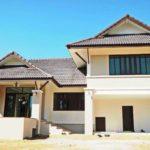 บ้านชั้นครึ่งทรงไทยประยุกต์ ตกแต่งเรียบง่ายด้วยโทนสีขาว พร้อมพื้นที่ใช้สอยมากถึง 227 ตารางเมตร