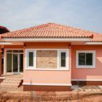 บ้านคอนเทมโพรารีชั้นเดียว ตกแต่งโทนสีชมพูน่ารัก ก่อสร้างบนพื้นที่ 100 ตารางเมตร 3 ห้องนอน 2 ห้องน้ำ