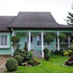 บ้านสไตล์คอทเทจชั้นเดียว ตกแต่งด้วยสีเขียวพาสเทล ในดีไซน์มีเอกลักษณ์น่าพักผ่อน