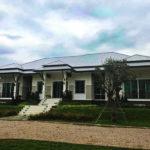 บ้านชั้นเดียวแนวร่วมสมัย เลือกใช้โทนสีสว่างช่วยสร้างบรรยากาศปลอดโปร่ง แวดล้อมด้วยสวนเขียวชอุ่ม