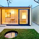 บ้านไม้สไตล์โมเดิร์นไซส์มินิ พร้อมสวนหย่อมขนาดเล็ก และรั้วปิดทึบเพื่อสร้างพื้นที่ความเป็นส่วนตัว