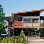 บ้านสไตล์โมเดิร์นทรอปิคอล ออกแบบยกพื้นสูงโปร่ง ให้บรรยากาศที่เย็นสบายท่ามกลางธรรมชาติ