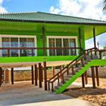 บ้านยกพื้นสูงสไตล์ร่วมสมัย ตกแต่งด้วยสีเขียวนีออนสะดุดตา พร้อมไปด้วยพื้นที่ใช้สอยครบครัน