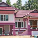 บ้านสไตล์ไทยประยุกต์ ตกแต่งด้วยโทนสีสะดุดตา มีพื้นที่ใช้งานโล่งกว้างบริเวณใต้ถุน