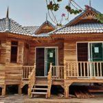 บ้านไม้ยกพื้นสไตล์ไทยประยุกต์ ตกแต่งด้วยไม้สักทั้งหลัง สัมผัสบรรยากาศการใช้ชีวิตที่อบอุ่นและดั้งเดิม
