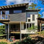 บ้านสไตล์โมเดิร์น ออกแบบใต้ถุนยกสูง ห้อมล้อมด้วยธรรมชาติเขียวขจี