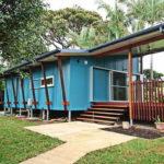 บ้านสไตล์โมเดิร์นยกพื้น ตกแต่งในโทนสีฟ้าเย็นตา พร้อมเฉลียงพักผ่อนนอกบ้าน ในพื้นที่ขนาด 60 ตารางเมตร