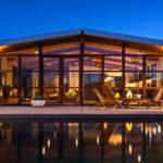 แบบบ้านชั้นเดียวสไตล์โมเดิร์น ตกแต่งด้วยงานไม้และปูนเปลือย สวยเด่นท่ามกลางทะเลทราย