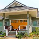 บ้านชั้นเดียวสไตล์โมเดิร์น ออกแบบยกพื้นสูง ปูพื้นด้วยไม้แดงทั้งหลัง 2 ห้องนอน 2 ห้องน้ำ