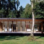 บ้านตากอากาศสไตล์โมเดิร์น ดีไซน์บ้านหน้ากว้าง พร้อมผนังกระจกเปิดรับทิวทัศน์ธรรมชาติ