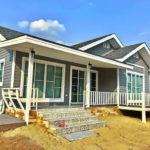 บ้านชั้นเดียวยกพื้นโทนสีเทา 2 ห้องนอน 1 ห้องน้ำ พื้นที่ใช้สอย 73 ตารางเมตรงบไม่เกินล้าน