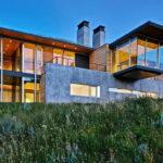 บ้านสไตล์โมเดิร์นลอฟท์ พร้อมโฮมออฟฟิศผนังกระจกใส โอบล้อมด้วยธรรมชาติอันเงียบสงบ