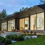 แบบบ้านชั้นเดียวสไตล์โมเดิร์น ดีไซน์รูปทรงยาวในโทนสีเข้ม สงบเงียบท่ามกลางธรรมชาติ