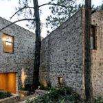 บ้านสไตล์รัสติก ดีไซน์ผนังด้วยหินธรรมชาติ แทรกตัวอยู่ท่ามกลางธรรมชาติอันแสนสงบ