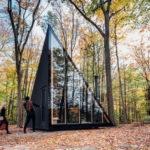 กระท่อมไม้ในโทนสีดำ ดีไซน์รูปทรงคริสตัล โดดเด่นท่ามกลางธรรมชาติอันแสนร่มรื่น
