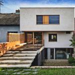 บ้านสไตล์โมเดิร์นขนาดสามชั้น ออกแบบให้มีชั้นใต้ดิน ตกแต่งบ้านอย่างเรียบง่ายในโทนสีขาว