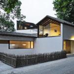 บ้านสไตล์คันทรี ออกแบบอย่างเรียบง่าย โปร่งสบาย ดีไซน์ผนังในโทนสีขาว พร้อมหลังคาทรงหน้าจั่ว