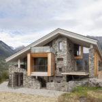 บ้านสไตล์คันทรี ดีไซน์ผนังด้วยหินธรรมชาติ ตั้งตระหง่านท่ามกลางธรรมชาติอันเงียบสงบ