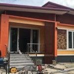 บ้านชั้นเดียวสไตล์โมเดิร์น ออกแบบหลังคาทรงปีกนก ตกแต่งในโทนสีส้มสดใส งบประมาณ 1.4 ล้านบาท