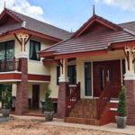 บ้านทรงไทยประยุกต์ ดีไซน์ใต้ถุนยกพื้นสูง ผสานการตกแต่งภายนอกด้วยโทนสีแดงอิฐ และโทนสีครีมได้อย่างลงตัว