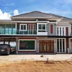 บ้านสองชั้นสไตล์โมเดิร์นทรอปิคอล พร้อมพื้นที่ใช้สอยกว้างขวาง ออกแบบเพื่อรองรับครอบครัวใหญ่