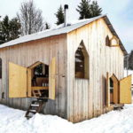กระท่อมไม้สีเอิร์ธโทน สร้างพื้นที่พักผ่อนท่ามกลางธรรมชาติ คืนความสงบให้วันพักผ่อน