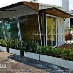 บ้านไม้สำเร็จรูปสไตล์โมเดิร์น ดีไซน์ผนังกระจกลาดเอียง ไอเดียเพื่อคนอยากมีธุรกิจเป็นของตัวเอง