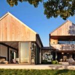 บ้านไม้แฝดสไตล์คันทรี ออกแบบเพดานยกสูง พร้อมพื้นที่ภายในโปร่งสบาย ในบรรยากาศของการพักผ่อนแบบครอบครัว