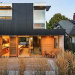 บ้านสไตล์โมเดิร์น ดีไซน์ผนังภายนอกในโทนสีดำ ภายในตกแต่งด้วยงานไม้ที่ให้บรรยากาศที่แสนอบอุ่น