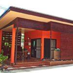 บ้านชั้นเดียวสไตล์โมเดิร์น โดดเด่นในโทนสีส้มสด พร้อมพื้นที่ใช้สอยกะทัดรัดแต่อบอุ่น