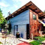 บ้านหน้าแคบสไตล์เรโทรสุดอาร์ต โดดเด่นด้วยผนังปูนเปลือยและวัสดุตกแต่งสุดเรียบง่าย