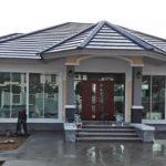 บ้านชั้นเดียวสไตล์คอนเทมโพรารี ดีไซน์ซุ้มระเบียงหน้าบ้านอย่างสวยงาม พร้อมเทพื้นทางเดินหน้าบ้าน