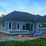 บ้านชั้นเดียวรูปทรงร่วมสมัย หลังคารูปทรงปั้นหยา ตกแต่งในโทนสีฟ้า งบก่อสร้าง 8.6 แสนบาท