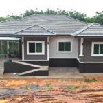 บ้านชั้นเดียวรูปทรงร่วมสมัย 3 ห้องนอน 2 ห้องน้ำ ออกแบบทางเดินลาดเพื่อผู้สูงอายุภายในบ้าน