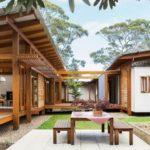 บ้านไม้กึ่งปูนแนวโมเดิร์น ตกแต่งสวยงามด้วยวัสดุจากธรรมชาติ พร้อมมุมพักผ่อนรับอากาศเย็นรอบบ้าน