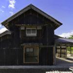 บ้านสไตล์รัสติก ออกแบบโปร่งสบายในโครงสร้างไม้ ตกแต่งด้วยผนังสังกะสีโทนสีดำ