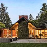 บ้านสุดโปร่งทรงหน้าจั่ว ดีไซน์พื้นที่โถงกลางบ้านด้วยหลังคาสกายไลท์ รายล้อมไปด้วยธรรมชาติ