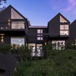 บ้านตากอากาศกลางป่า ดีไซน์ตัวบ้านพร้อมหลังคาทรงหน้าจั่วสามระดับ ตกแต่งในโทนสีดำดุดัน