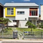 บ้านสไตล์มินิมอล ออกแบบในโทนสีขาวเรียบง่าย แต่ให้ความสะดวกสบายอย่างครบถ้วน พร้อมสวนหย่อมหน้าบ้าน