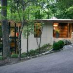 บ้านสไตล์โมเดิร์น ท่ามกลางป่าใหญ่ ออกแบบผนังกระจกใส เน้นความใกล้ชิดธรรมชาติ