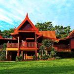 บ้านไม้ทรงไทย ขนาด 6 ห้องนอน 6 ห้องน้ำ ออกแบบเพื่อการพักผ่อนในบรรยากาศย้อนยุคแบบไทยเดิม