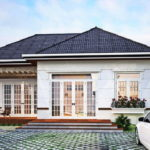 แบบบ้านสไตล์คอนเทมโพรารี ออกแบบผนังหน้าบ้านด้วยกระจกโปร่งใส ในมุมมองและบรรยากาศภายนอกที่สดชื่น