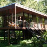 บ้านไม้โมเดิร์น โครงสร้างยกพื้นสูงพร้อมใต้ถุนโปร่ง กลมกลืนไปกับบริบทของธรรมชาติโดยรอบ