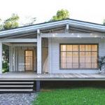 บ้านไม้ยกพื้นสไตล์คันทรี สวยสง่าเรียบง่ายด้วยโทนสีขาว 2 ห้องนอน 1 ห้องน้ำ พร้อมเฉลียงหน้าบ้าน