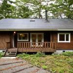 กระท่อมไม้ยกพื้น สไตล์คันทรี พร้อมระเบียงนั่งเล่นหน้าบ้าน ภายในตกแต่งด้วยงานไม้ บรรยากาศอบอุ่น